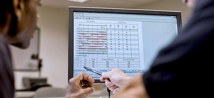 Profesionales de servicios de emergencias viendo datos tras un evento en el software de revisión de datos CODE-STAT de Stryker