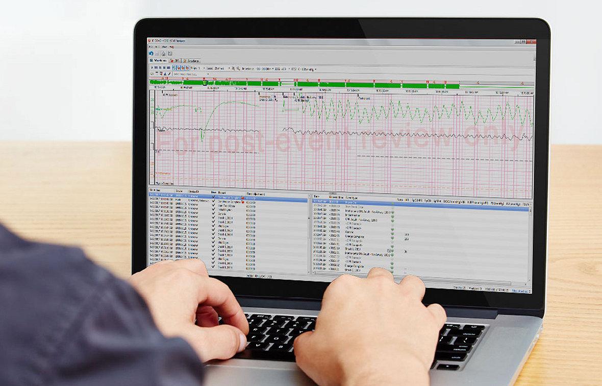 Profesional de servicios de médicos de emergencias viendo datos tras el evento en el software de revisión de datos CODE-STAT de Stryker
