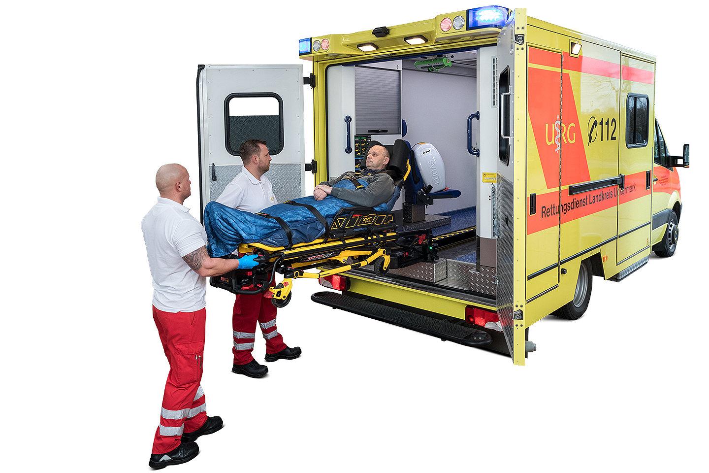 Rettungsdienstteam beim Verladen eines Patienten in einen Krankenwagen