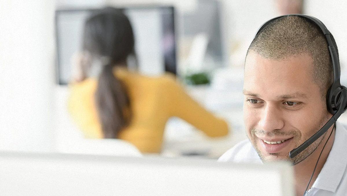 Mitarbeiter des technischen Supports bei einem Telefonat mit einem Kunden