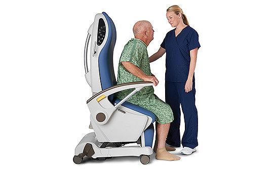 TruRize-Pflegestuhl von Stryker beim Aufstehen eines Patienten mit der Stehhilfe-Funktion