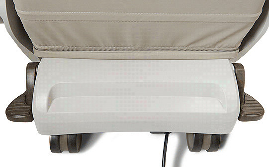 Detailansicht der One-Touch-Bremsen am TruRize-Pflegestuhl von Stryker