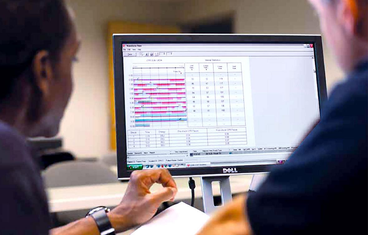 Profesionales de servicios de emergencias viendo analíticas personalizadas en el software de revisión de datos CODE-STAT de Stryker