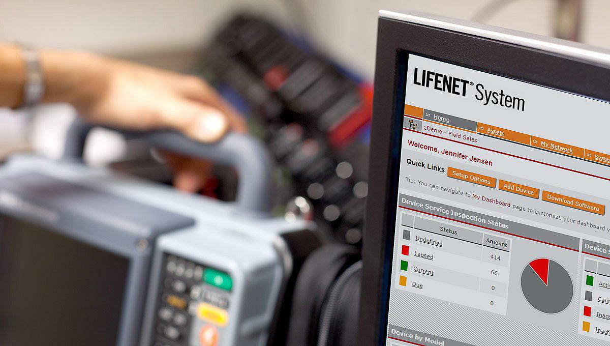На экране компьютера рядом с монитором/дефибриллятором LIFEPAK 15 демонстрируется система LIFENET