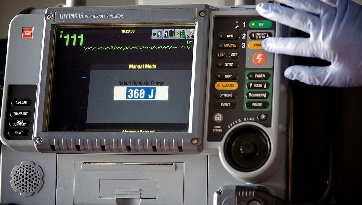 Работник скорой медицинской помощи использует монитор/дефибриллятор LIFEPAK 15