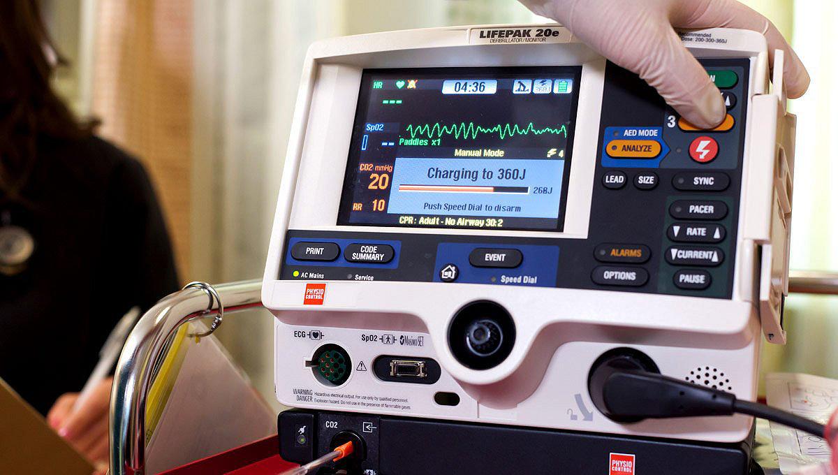 Zbliżenie ekranu defibrylatora/monitora LIFEPAK20e