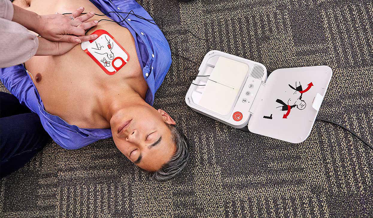 Mann, der auf dem Boden liegt und an dessen Brust ein LIFEPAK CR2 angelegt ist