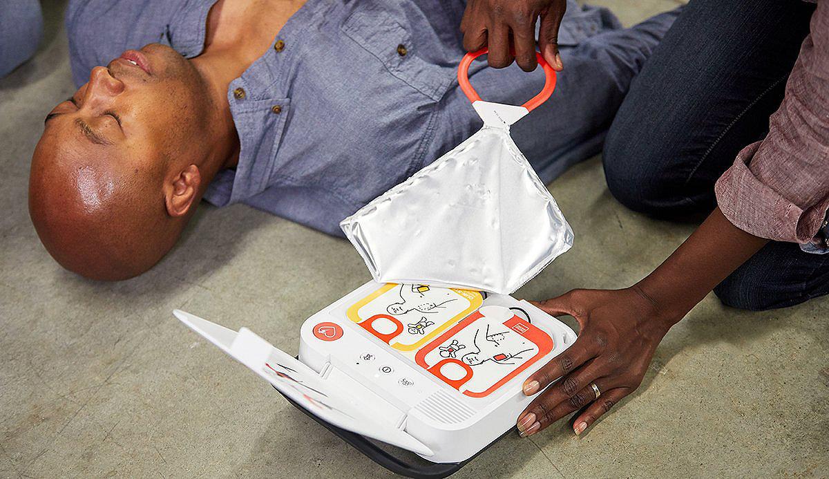 Frau, die einen LIFEPAK CR2-Defibrillator öffnet