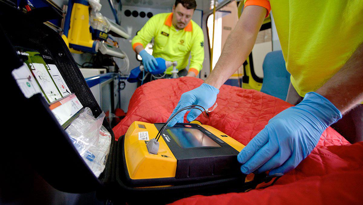 Работник скорой медицинской помощи использует дефибриллятор LIFEPAK 1000