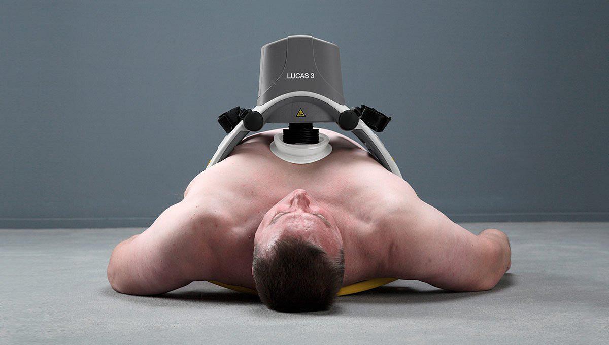 System kompresji klatki piersiowej LUCAS 3 na klatce piersiowej mężczyzny