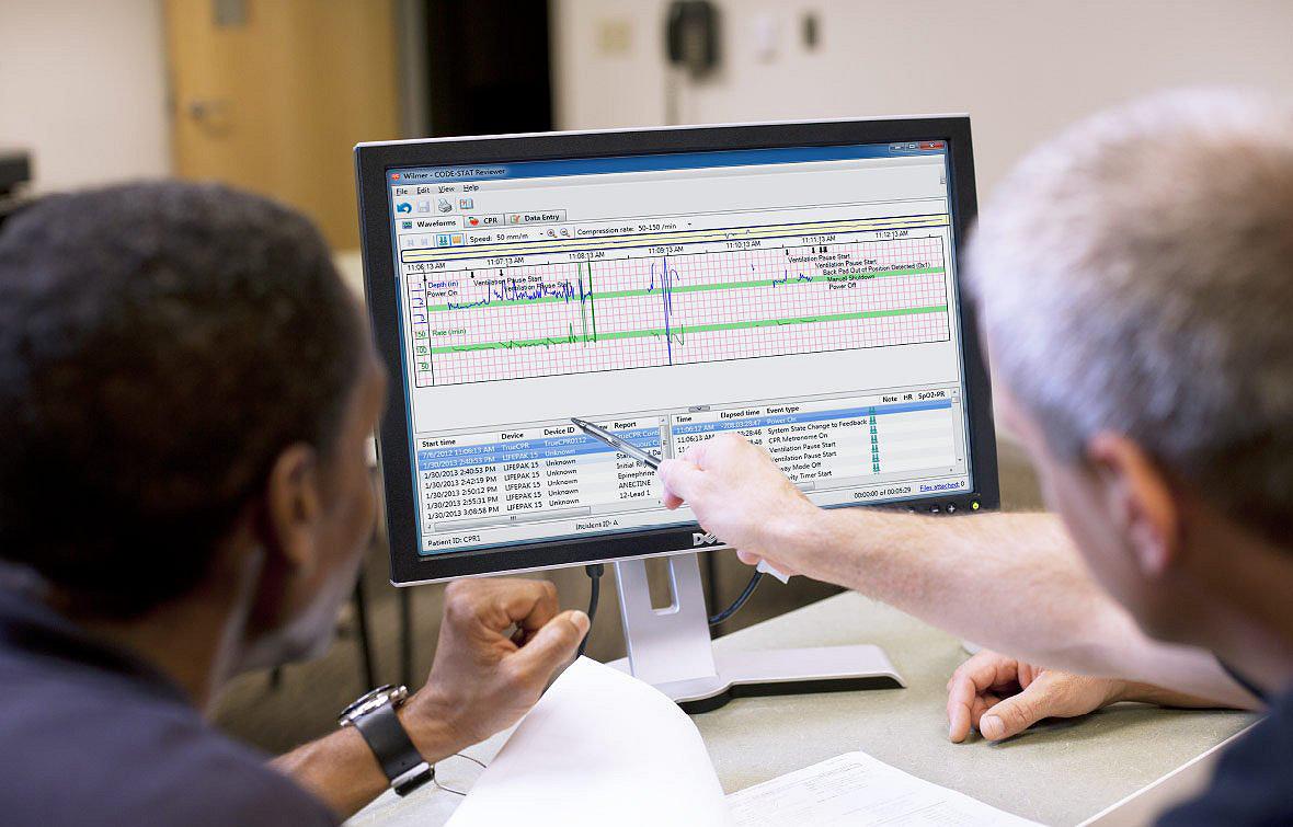 Personel medyczny sprawdzający łączność LIFENET na ekranie komputera