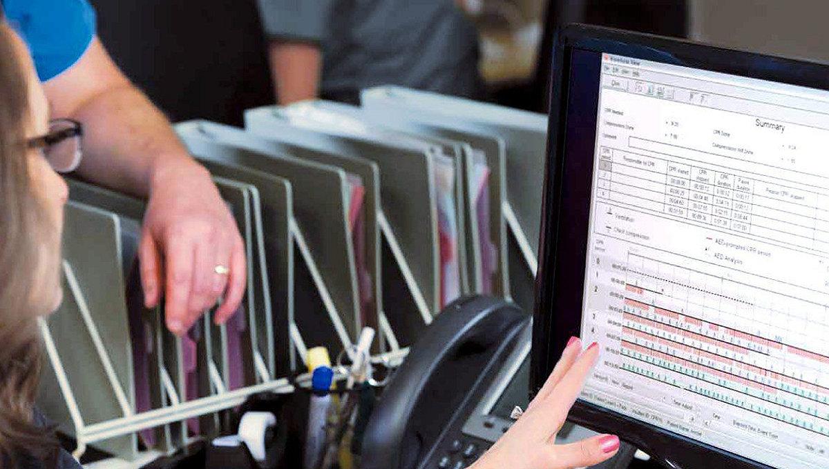 Personel medyczny przeglądający dane po zdarzeniu za pomocą oprogramowania do analizy danych CODE-STAT firmy Stryker